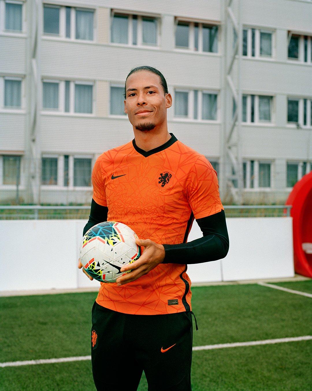 فان دايك بقميص منتخب هولندا