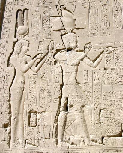 حت للملكة كليوبترا وابنها قيصرون في معبد دندرة