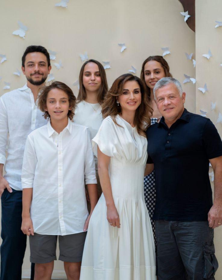 العاهل الأردني والملكة رانيا في صورة عائلية
