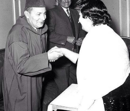 الملك محمد الخامس يكرم كوكب الشرق في لقاء حضره الزعيم جمال عبد الناصر