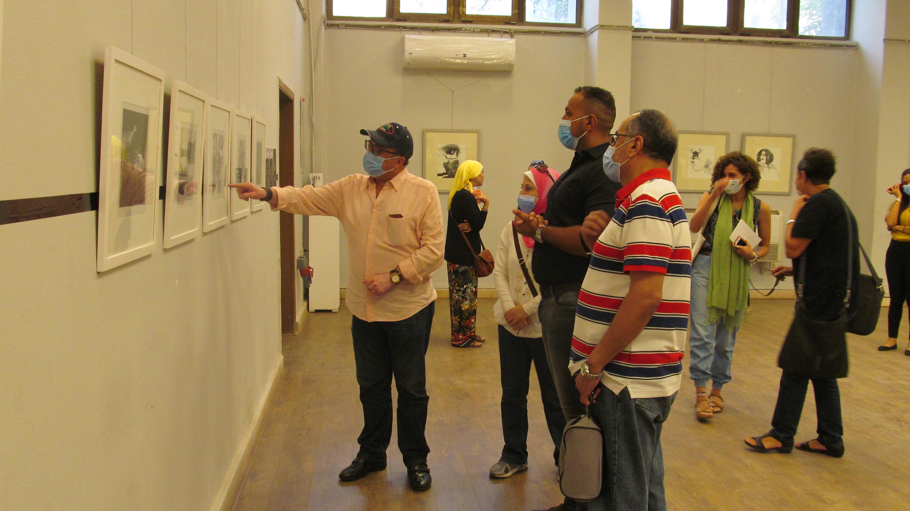 الدكتور أشرف رضا يتفقد المعرض بكلية الفنون الجميلة بالزمالك (1)