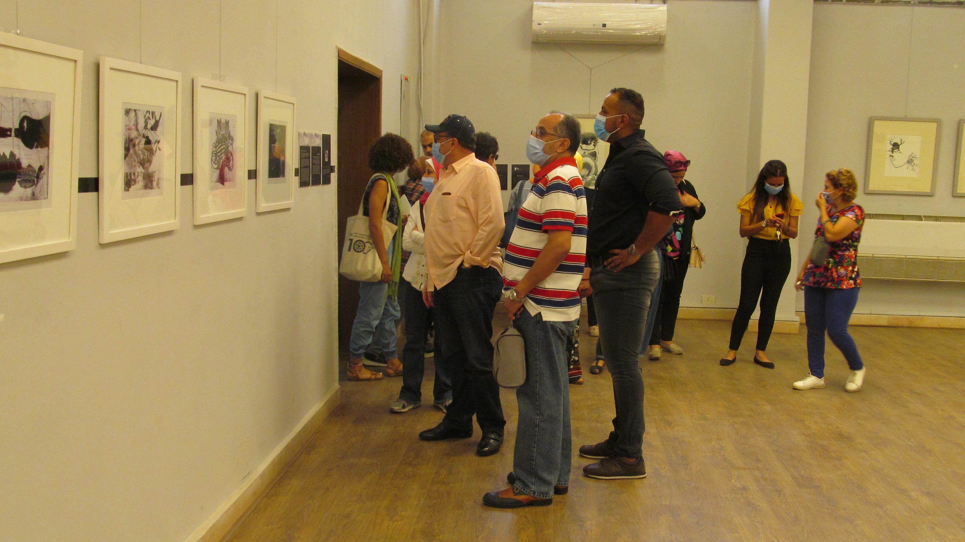 الدكتور أشرف رضا يتفقد المعرض بكلية الفنون الجميلة بالزمالك (3)