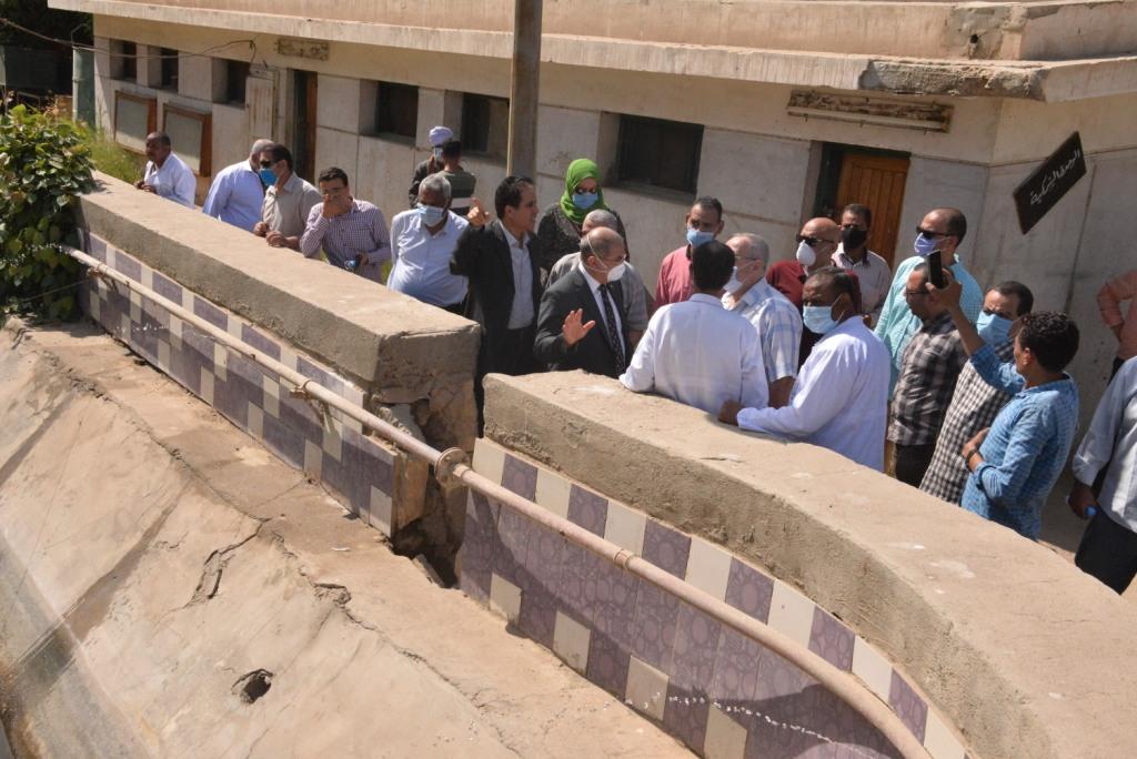 رئيس الجامعة خلال زيارته لمزارع الدواجن والماشية  (8)