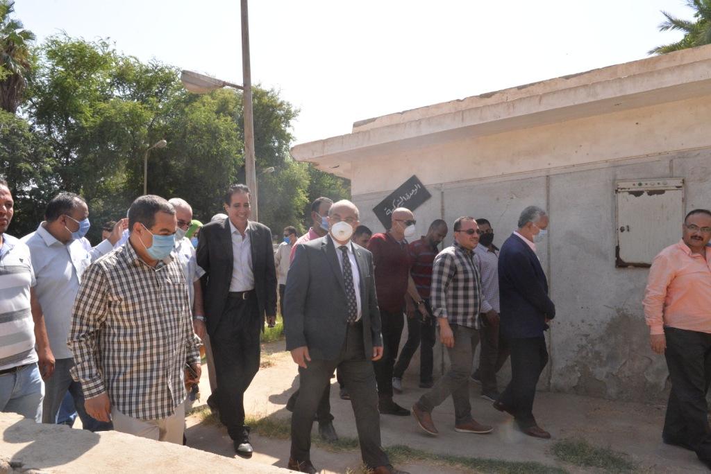 رئيس الجامعة خلال زيارته لمزارع الدواجن والماشية  (10)