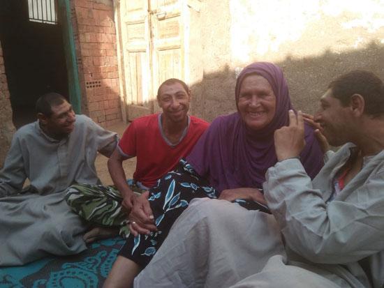 تفاصيل قصة كفاح لأم مصرية أفنت حياتها كلها من أجل خدمة 3 من أبنائها من ذوي الاحتياجات الخاصة