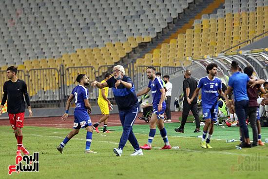 احمد ناجي يمنح تعليمات للاعبي سموحة