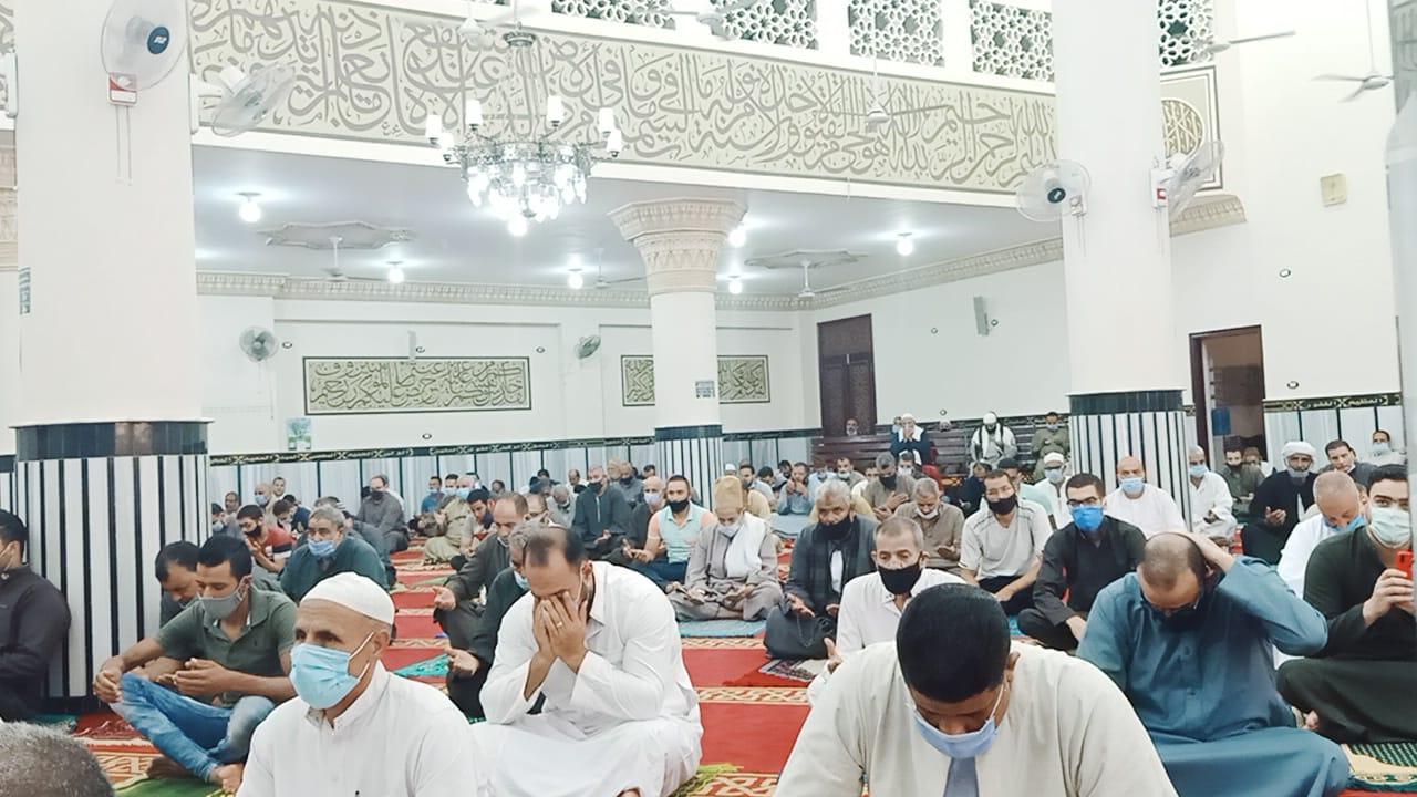 المسجد يتزين بالمصلين