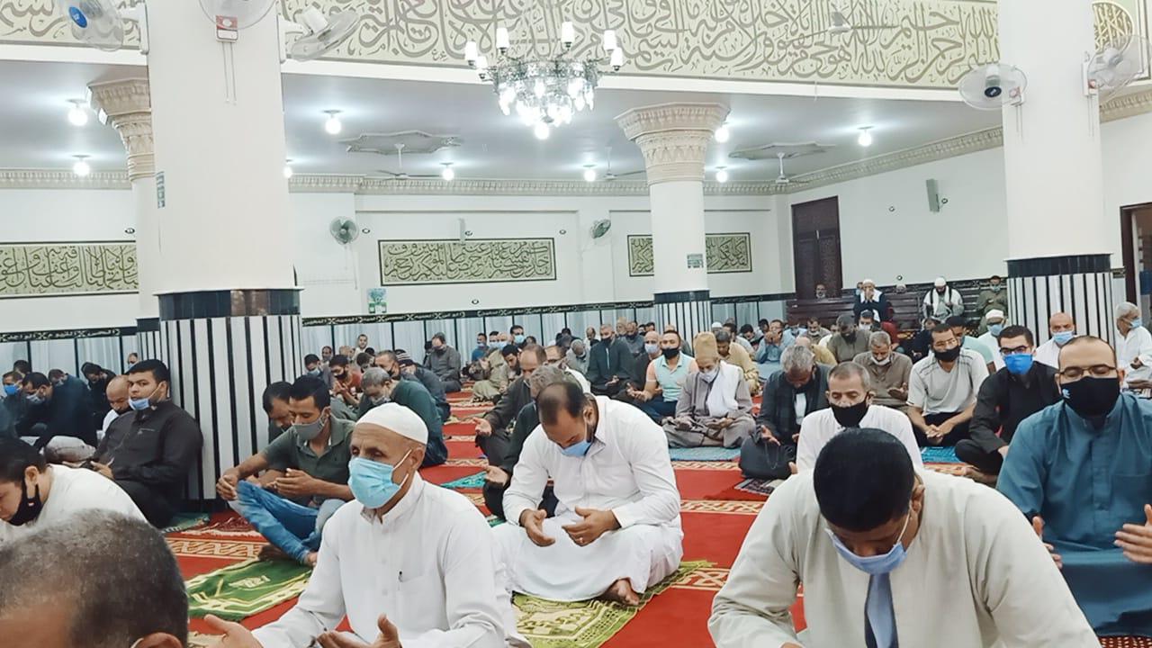 المصلين يؤدون أول صلاة جمعة بالمسجد