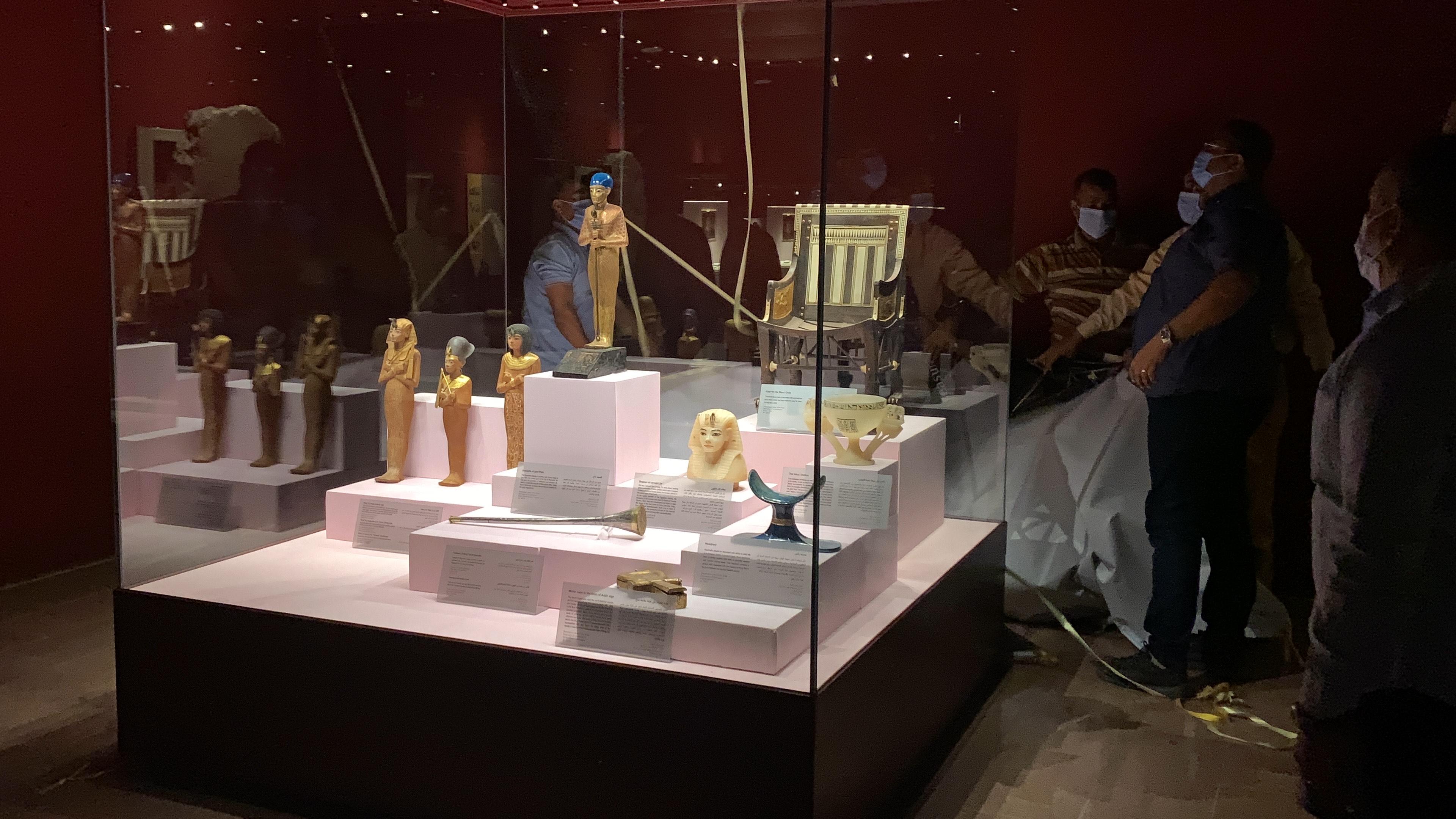وزير السياحة يفتتح معرض مقتنيات الملك توت عنخ أمون  (2)