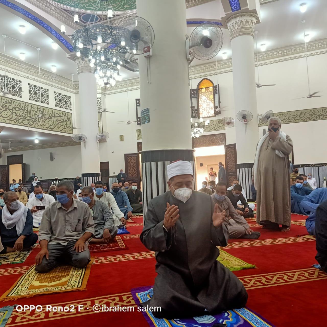 وكيل وزار الأوقاف يؤدى صلاة الجمعة بمسجد الدرب الكبير