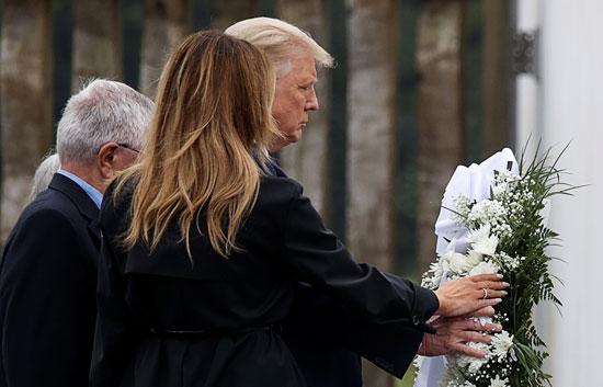ميلانيا تضع الزهور