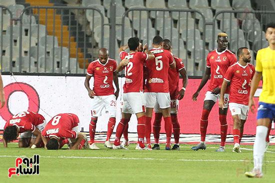 لاعبو الاهلي يحتفلون بالتسجيل في مرمى الاسماعيلي