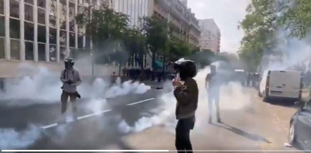 اشتباكات عنيفة بين محتجين والشرطة الفرنسية في العاصمة باريس