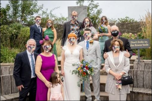 عروسان بريطانيين يتحايلوا على قواعد الابتعاد لإقامة حفل زفافهم (3)