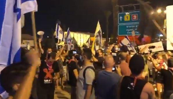 إسرائيليون يغلقون مدخل مطار بن غوريون لمنع سفر نتنياهو لواشنطن