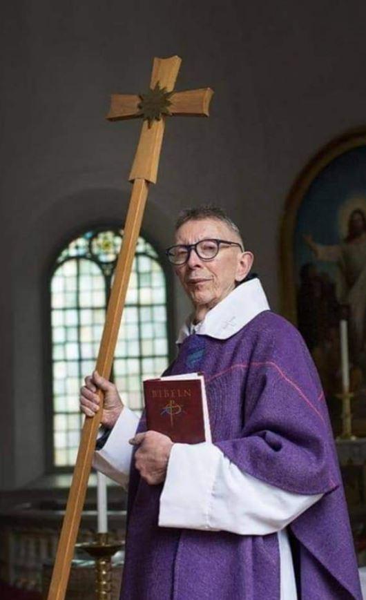 القس السيويدي ليف شتني في الكنيسة