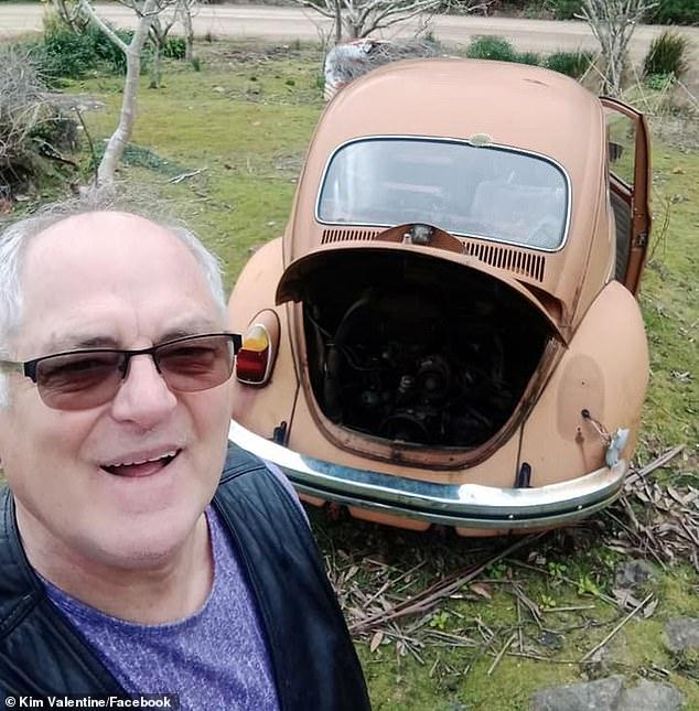 كيم فى صورة سيلفى مع السيارة