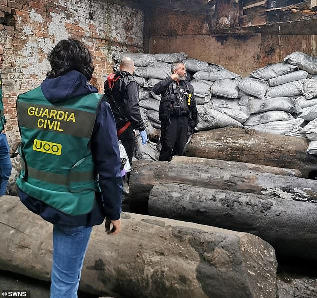 الشرطة البريطانية تعثر على مخبأ للمخدرات تحت الأرض  (1)