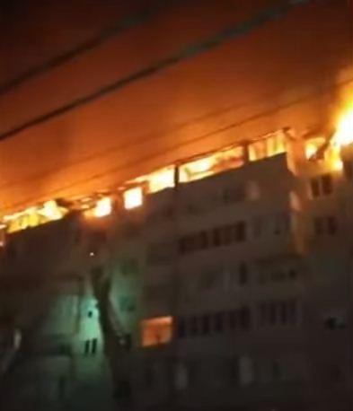 الحريق يلتهم المبنى