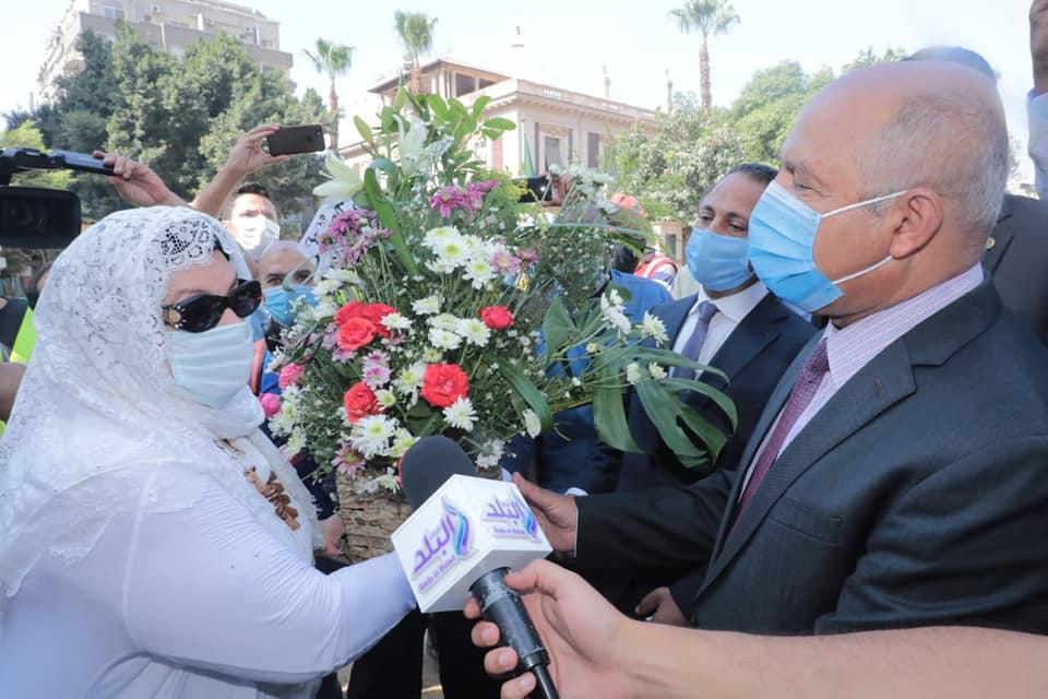 سكان العمارة يهدوا الوزير باقة ورود