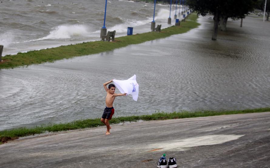 طفل يلعب وسط الإعصار