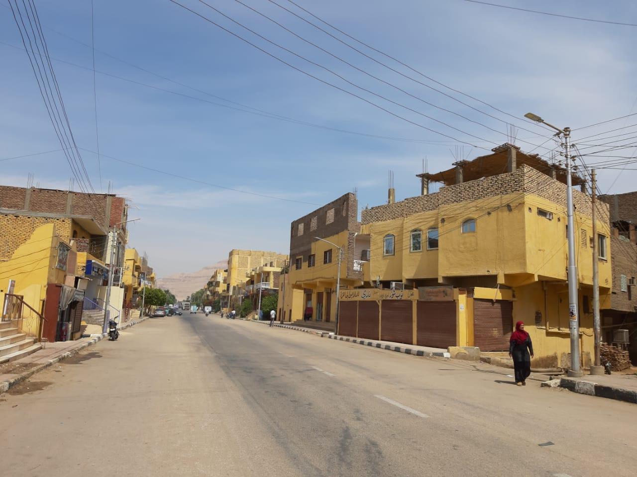 مدينة القرنة تستكمل دهان واجهات منازل المسار السياحى  (2)