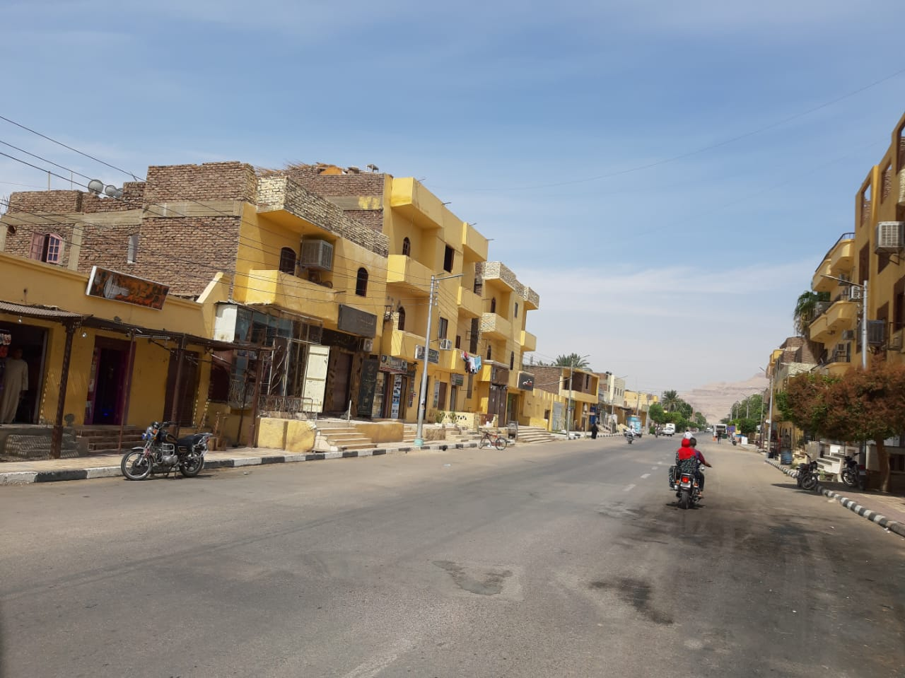 مدينة القرنة تستكمل دهان واجهات منازل المسار السياحى  (1)