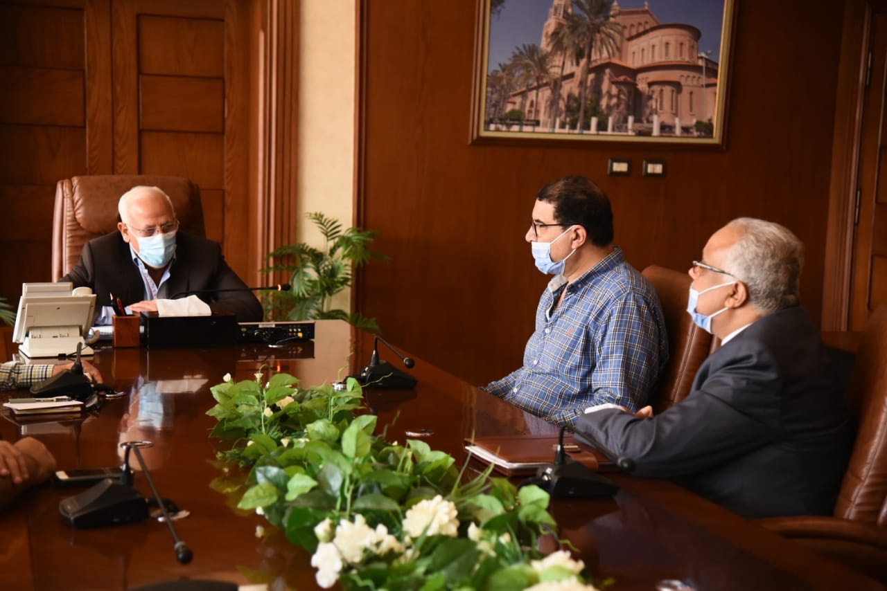 محافظ بورسعيد مع مسئولى بنك الاسكان (1)