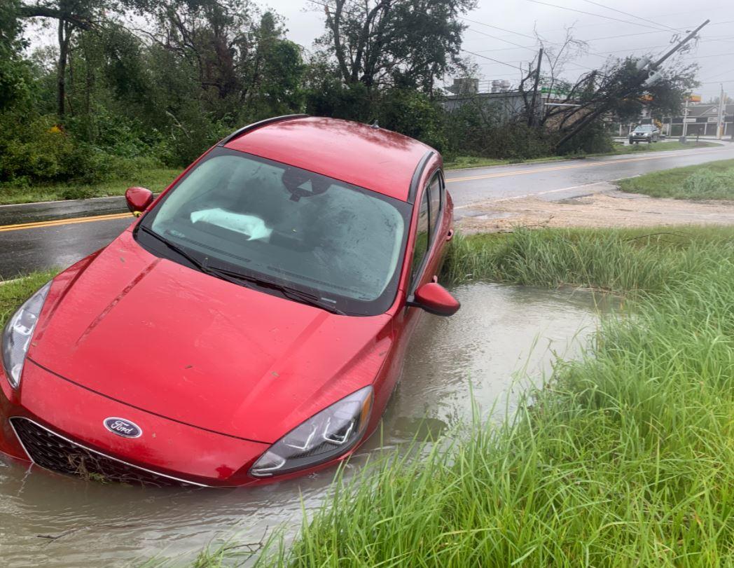 تضرر سيارة بسبب الإعصار