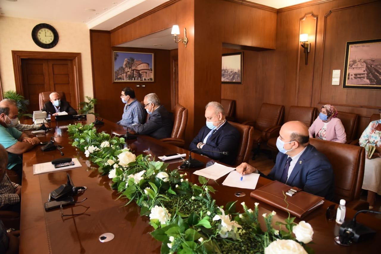 محافظ بورسعيد مع مسئولى بنك الاسكان (3)