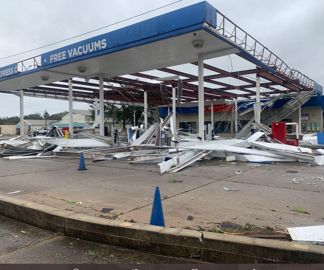 محطة وقود تضررت بسبب الإعصار