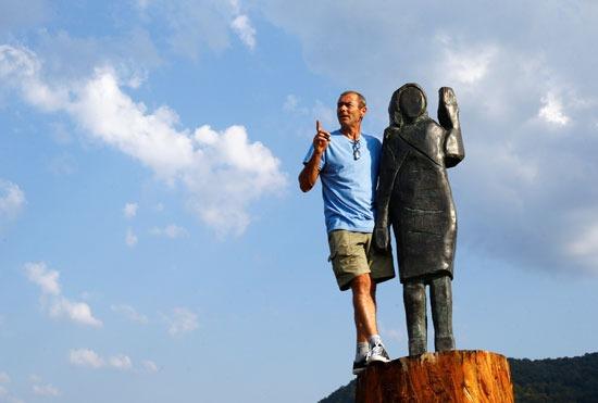 رجل يصعد بجوار التمثال