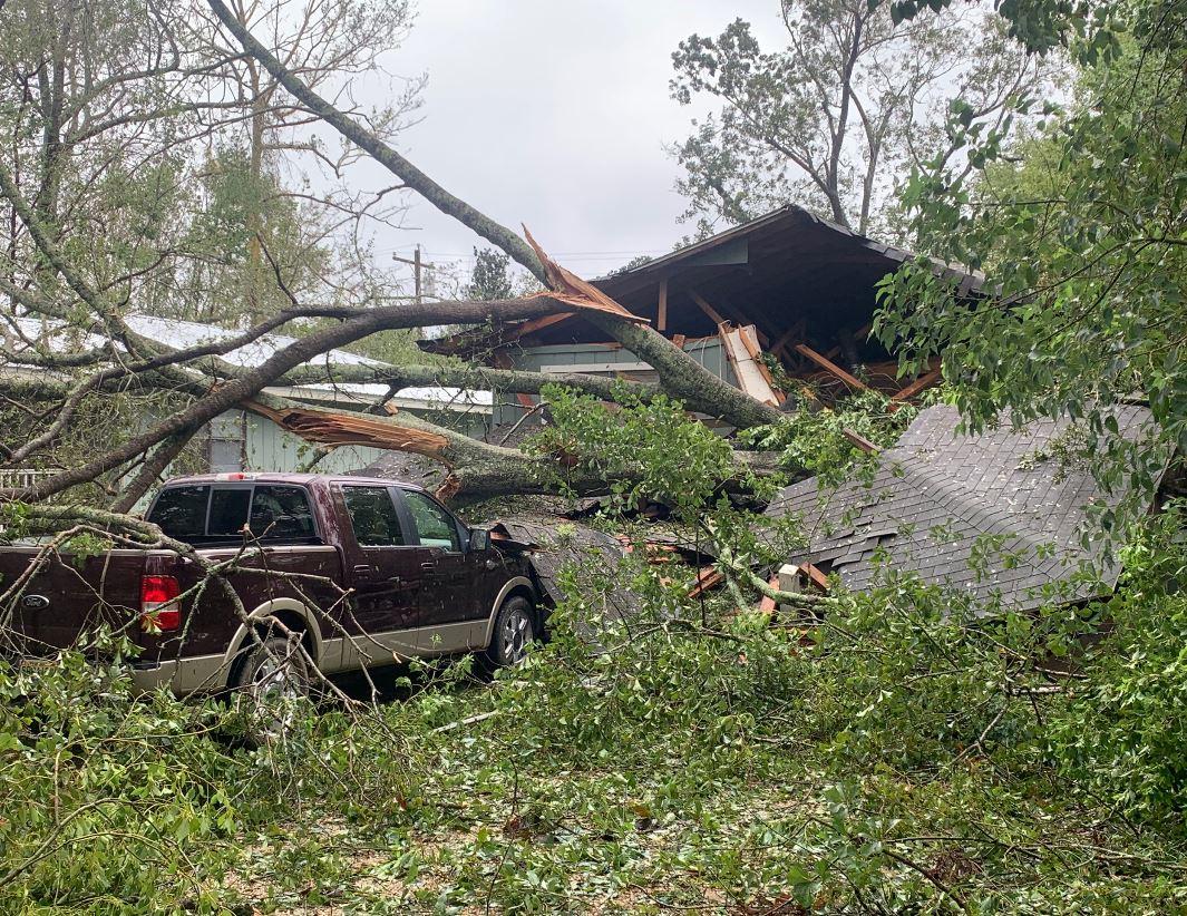 سيارة تحطمت بسبب الإعصار سالي