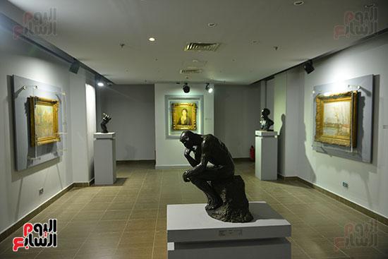 تمثال فى المعرض