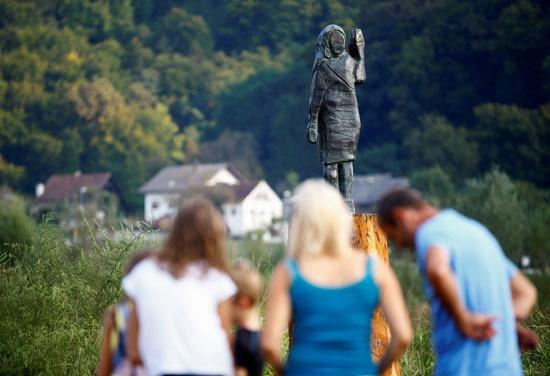 مشاهدة تمثال ميلانيا