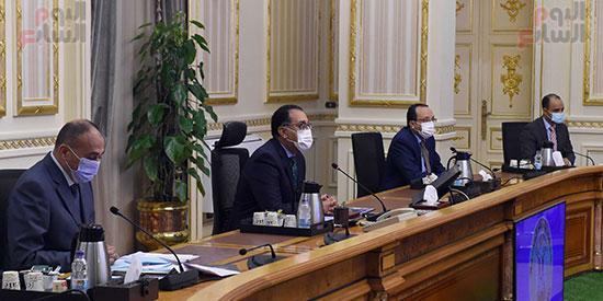 رئيس-الوزراء-يتابع-المشروعات-الخدمية-والتنموية-لمحافظة-الوادى-الجديد--(4)