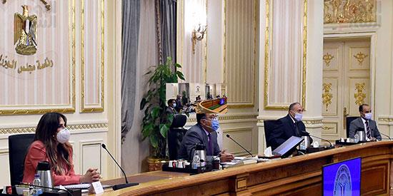 رئيس-الوزراء-يتابع-المشروعات-الخدمية-والتنموية-لمحافظة-الوادى-الجديد--(1)