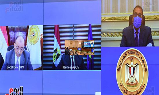 رئيس-الوزراء-يتابع-المشروعات-الخدمية-والتنموية-لمحافظة-الوادى-الجديد--(2)