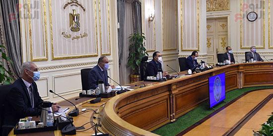 رئيس-الوزراء-يتابع-المشروعات-الخدمية-والتنموية-لمحافظة-الوادى-الجديد--(3)