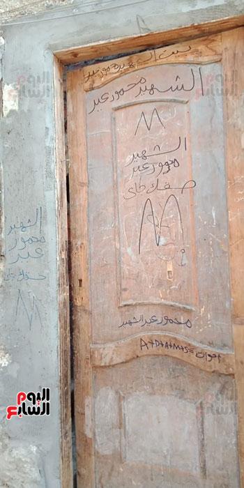 باب منزله بقرية عزبة السجن