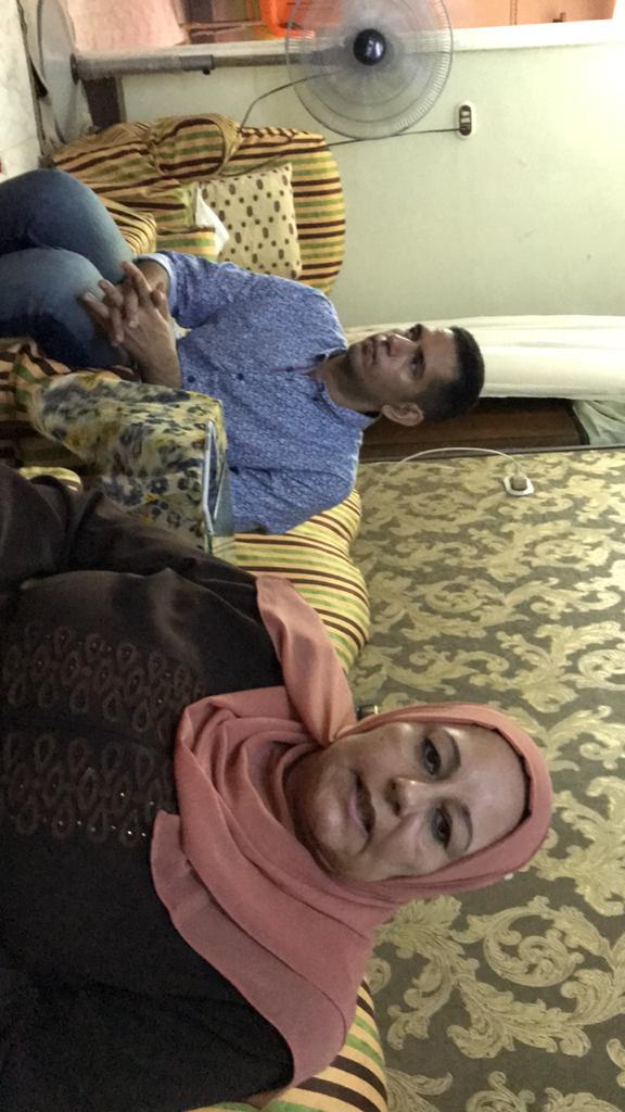 الشاب محمد احمد عبد المجيد ووالدته