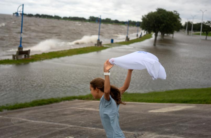 فتاة تلهو الإعصار