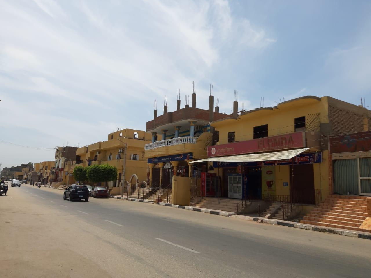 مدينة القرنة تستكمل دهان واجهات منازل المسار السياحى  (5)