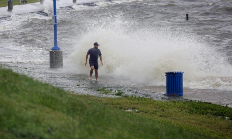 رجل وسط الإعصار