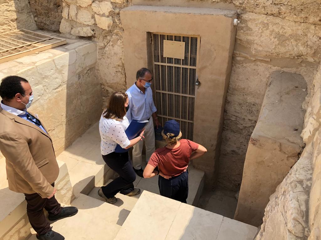 السفير الأمريكى بالقاهرة ونائب محافظ الأقصر يتفقدان مقابر ذراع أبو النجا  (1)