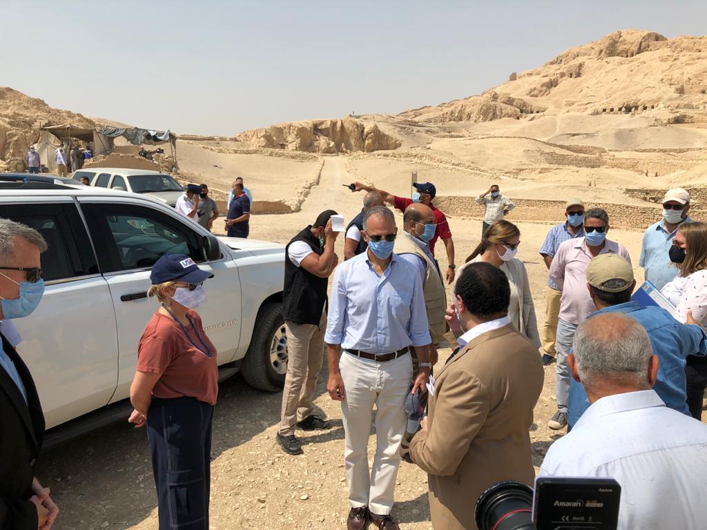 السفير الأمريكى بالقاهرة ونائب محافظ الأقصر يتفقدان مقابر ذراع أبو النجا  (9)