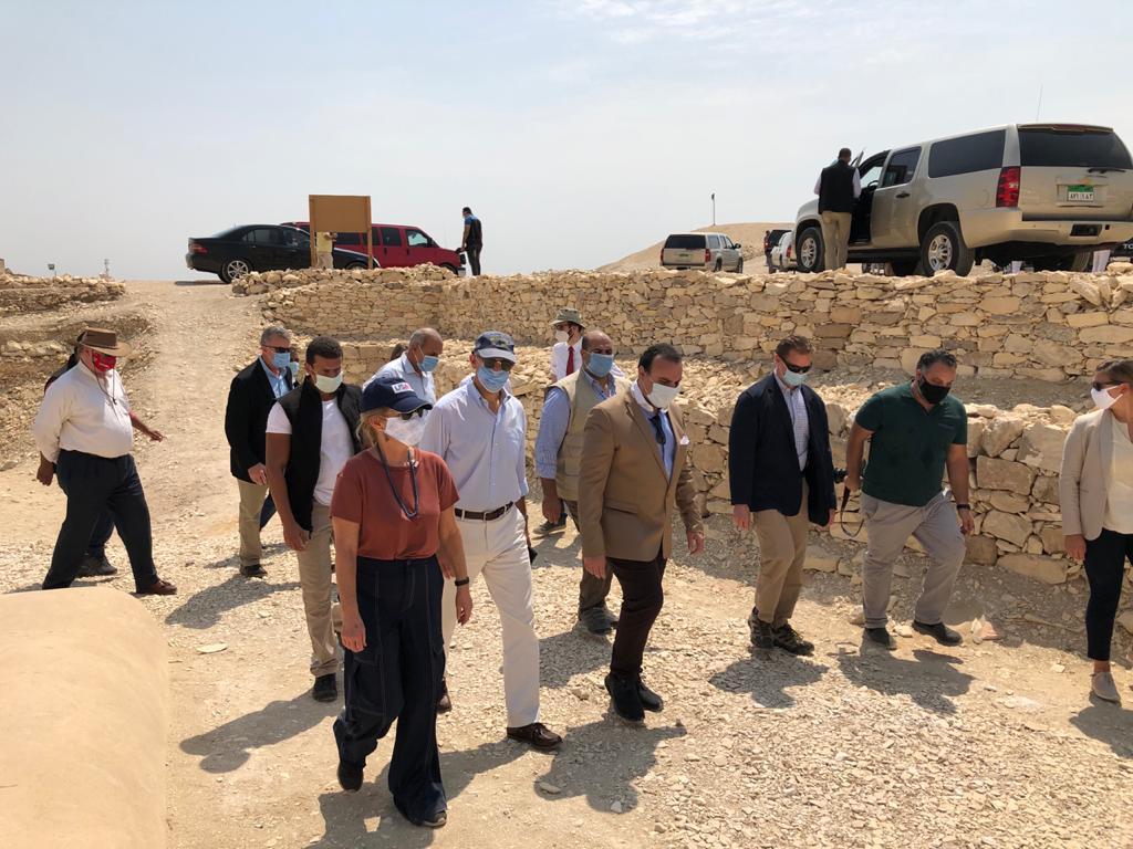 السفير الأمريكى بالقاهرة ونائب محافظ الأقصر يتفقدان مقابر ذراع أبو النجا  (3)