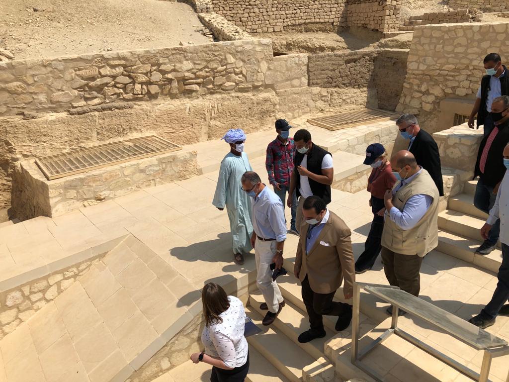 السفير الأمريكى بالقاهرة ونائب محافظ الأقصر يتفقدان مقابر ذراع أبو النجا  (7)