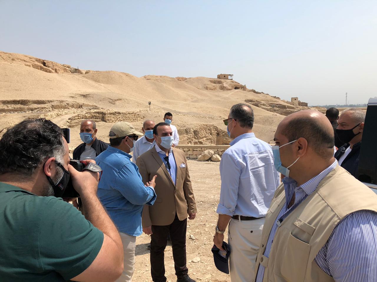 السفير الأمريكى بالقاهرة ونائب محافظ الأقصر يتفقدان مقابر ذراع أبو النجا  (8)