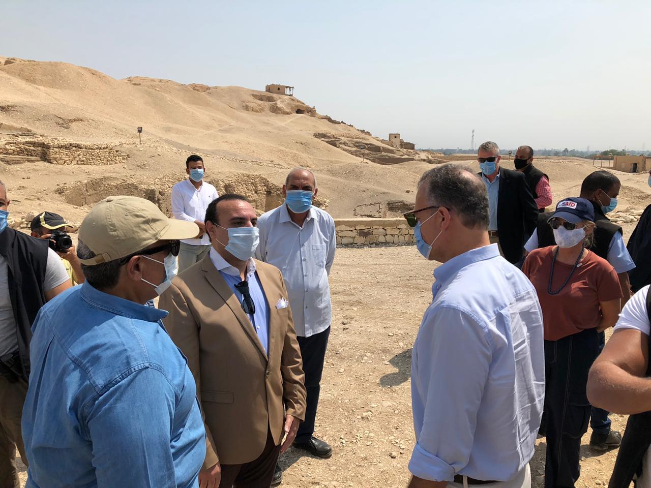 السفير الأمريكى بالقاهرة ونائب محافظ الأقصر يتفقدان مقابر ذراع أبو النجا  (5)